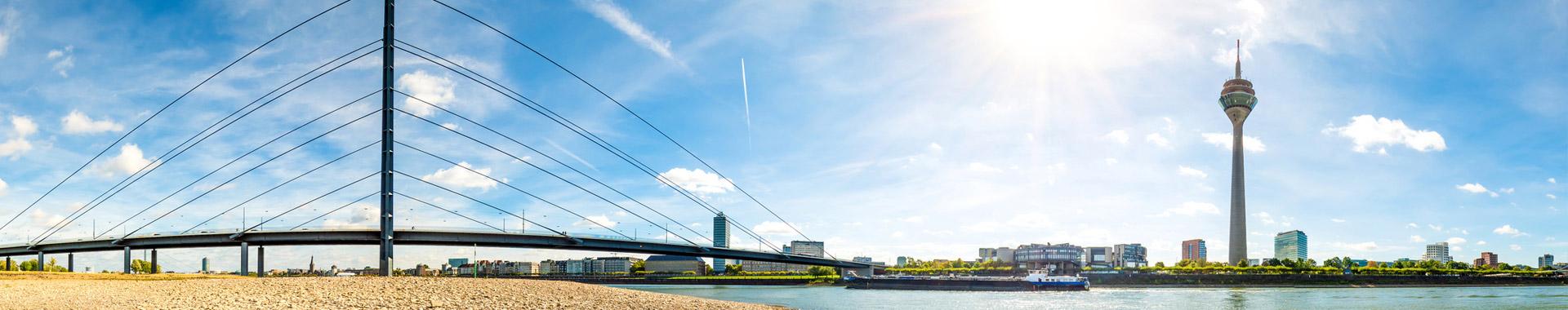 Titelbild - Deutsch als Fremdsprache - Panorama der Stadt Düsseldorf mit Rheinufer und Fernsehturm