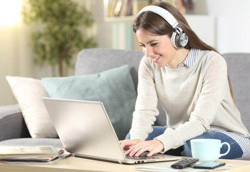 Teilnehmerin eines Online-Sprachkurses am Notebook